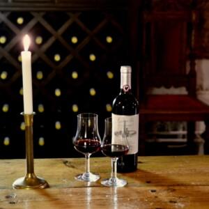 Vinprovning i en vinkällare med ett glas rött vin